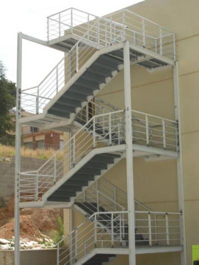 Estructuras y tuber a industrial naves industriales en for Construccion de escaleras metalicas