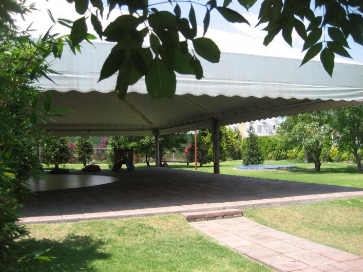 Jardin de fiestas los fresnos salon con pista de baile y for Imagenes de jardines para fiestas